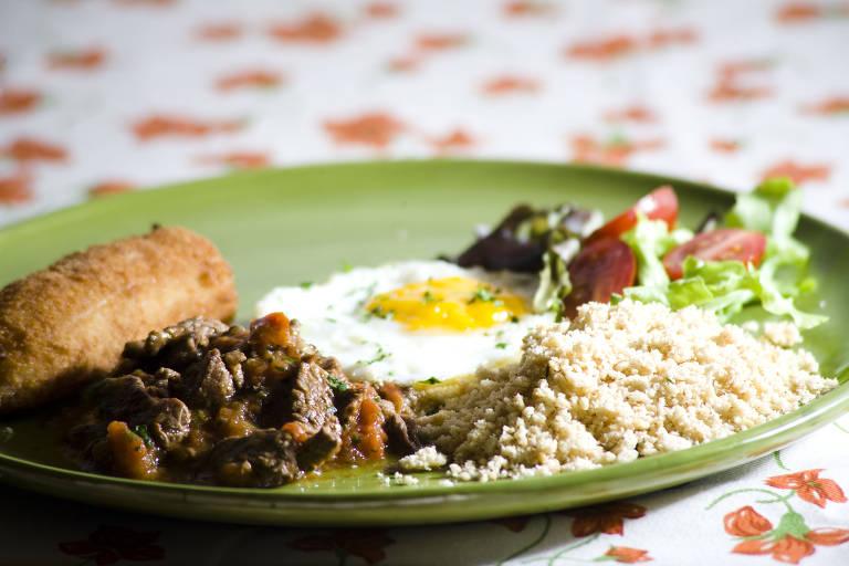 Picadinho de carna com ovo, banana e farofa, uma das receitas de sucesso do La na Venda