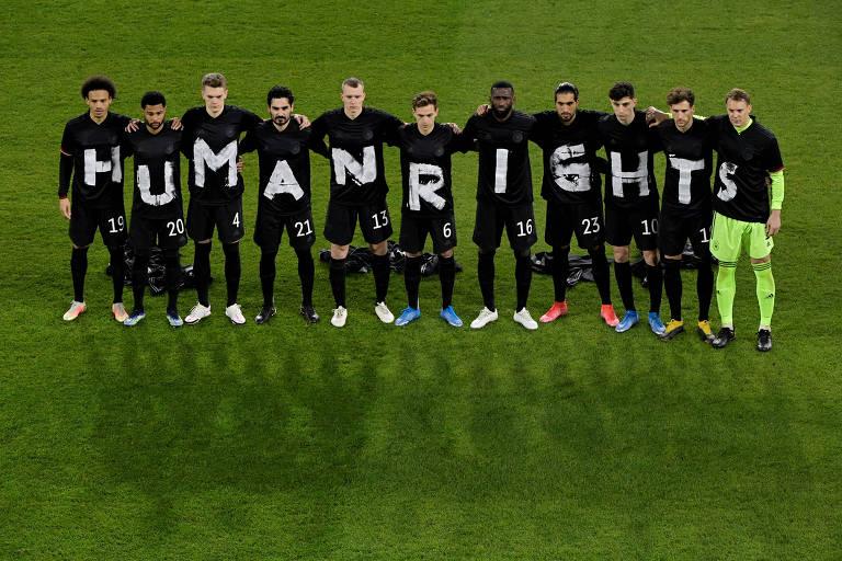 """Jogadores da seleção alemã com camisetas que formam as palavras """"direitos humanos"""" antes de partida diante da Islândia"""
