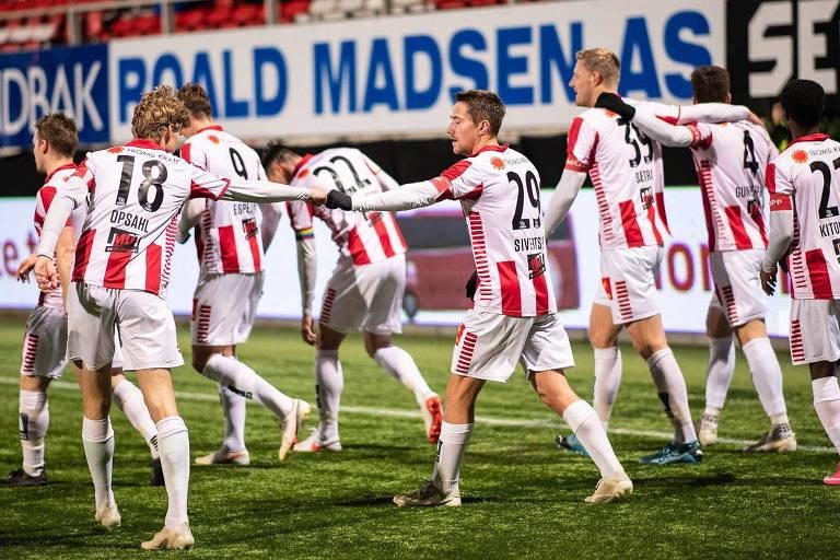 Equipe do Tromso comemora gol durante o Campeonato Norueguês