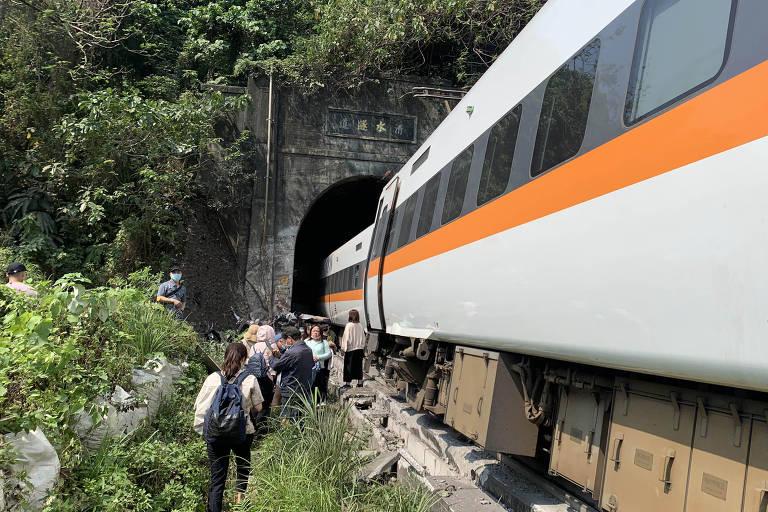 Equipes trabalham no resgate de passageiros de um trem que descarrilou em Taiwan nesta sexta-feira (2)