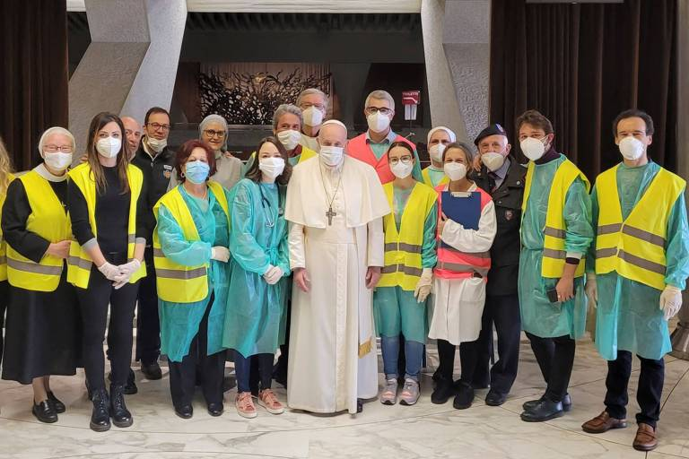 Papa Francisco faz visita surpresa a local de vacinação para sem-tetos