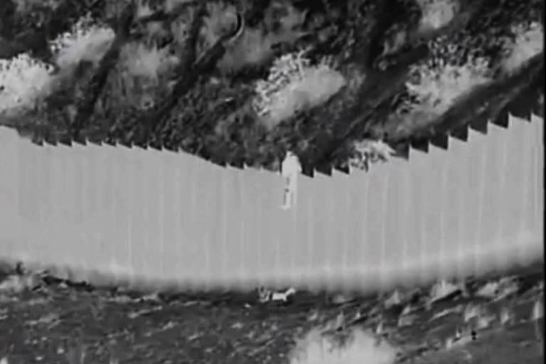 Contrabandistas jogam crianças por cima de muro de 4 metros na fronteira dos EUA; veja vídeo