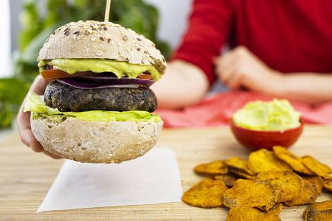 Hambúrguer de cogumelos e feijão preto, receita vegana da chef e colunista da Folha Luisa Mafei