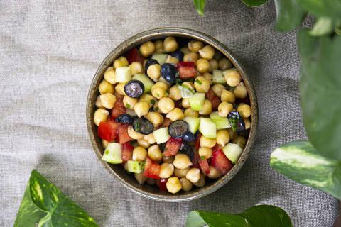 Salada de grão de bico com tomate, pepino, uvas pretas, rabanete e cebolinha, receita vegana da chef e colunista da Folha Luisa Mafei