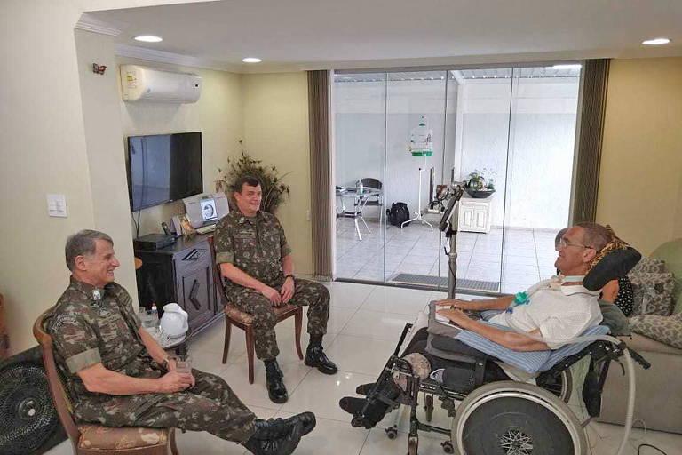 O novo comandante do Exército, general Paulo Sérgio Nogueira (ao fundo), em encontro com seu antecessor, Edson Pujol (à. esq), e o ex-comandante Eduardo Villas Bôas