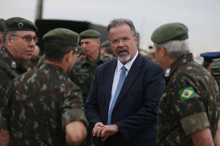 Jungmann, então ministro da Defesa, conversa com militares do Exército no embarque do último contingente brasileiro que serviu na missão da paz da ONU no Haiti