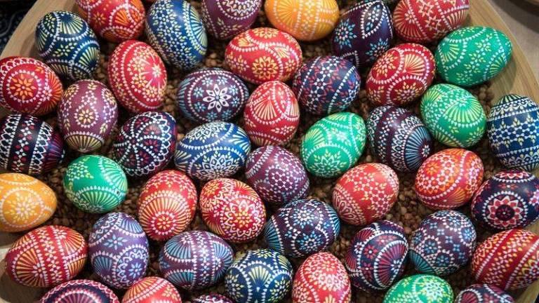 Ovos representam vida e renascimento; acima, exemplares decorados, em uma tradição que remonta à Idade Média