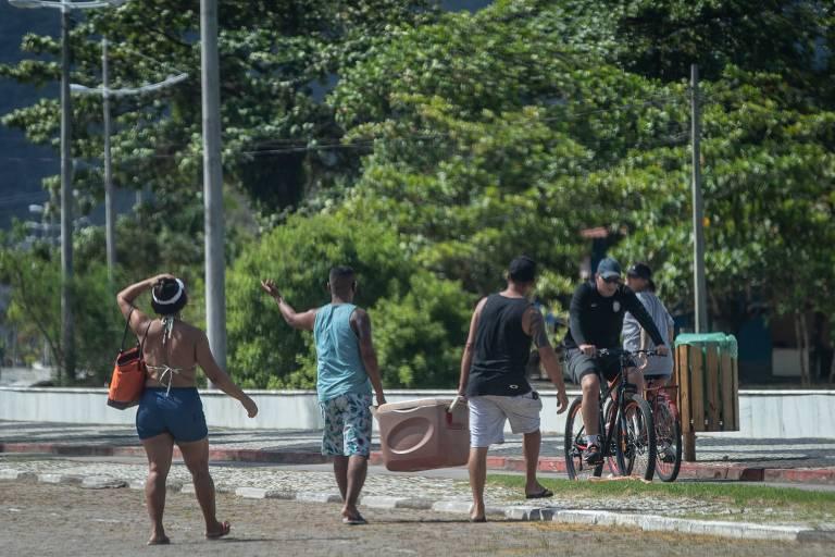 Mesmo com fase vermelha banhistas vão às praias do litoral norte de SP