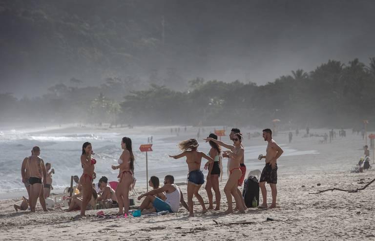 Vista de um grupo de pessoas numa das praias de Maresias durante o meio da tarde