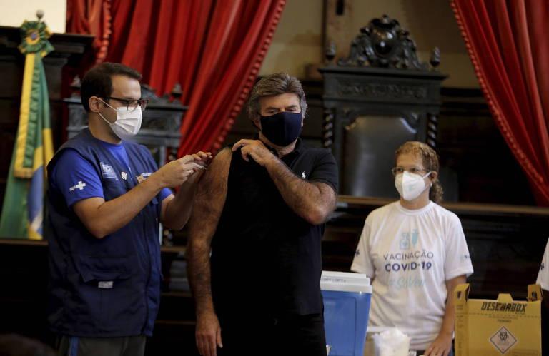 O presidente do STF, Luix Fux, recebe vacina contra a Covid no Museu da Justiça, no Rio