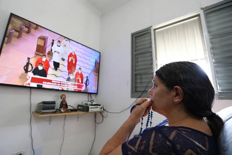Pelo segundo ano, católicos acompanham celebração da Paixão do Senhor pela televisão em SP