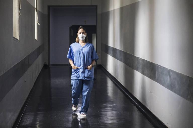 A médica Débora Sant'Ana Siqueira ,33, no térreo do  Hospital Municipal de São Caetano do Sul, que adaptou um hospital de campanha para atendimento de casos de Covid-19