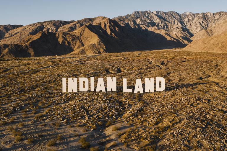 Letreiro em que se inscreve 'Indian Land', terra indígena, em deserto