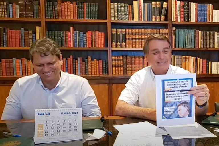 Jair Bolsonaro e ministro da Infraestrutura, Tarcísio de Freitas, riem enquanto presidente comenta em live semanal o aumento de depressão e suicídio na pandemia