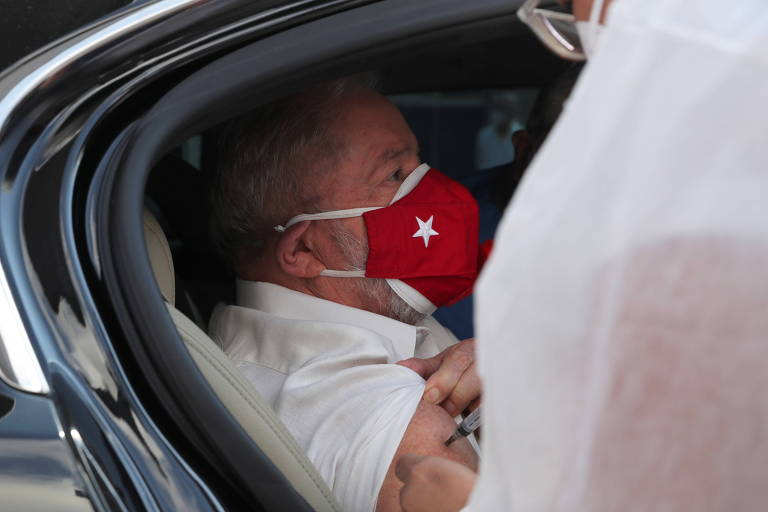 Lula ao receber a segunda dose da vacina contra a Covid