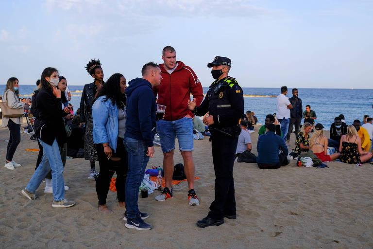 A polícia afirmou que havia avisado aos presentes de que eles estavam descumprindo regras