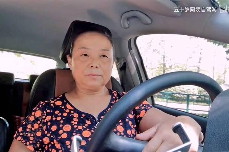 Su Min, uma aposentada de 56 anos da província de Henan, em seu carro