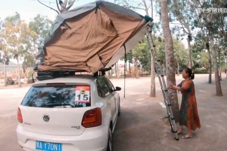 Su passa as noites sozinha, dormindo numa barraca equilibrada sobre seu carro com a ajuda de estacas