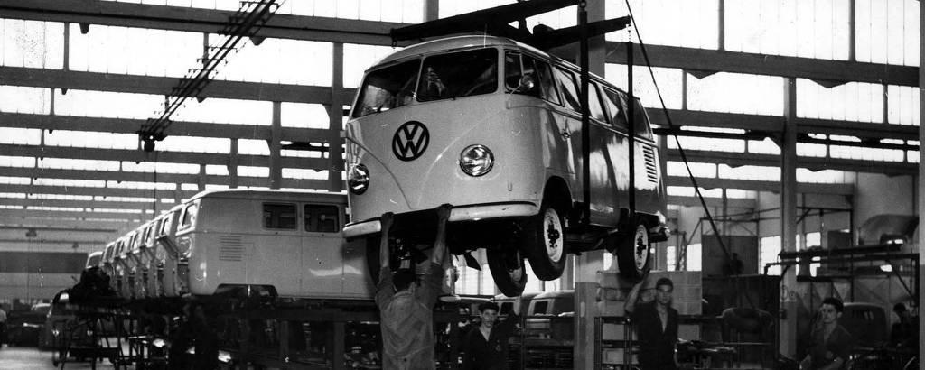 Linha de produção na fábrica da Volkswagen, em São Bernardo do Campo, na Grande São Paulo, em foto de 1958