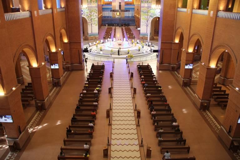 Imagem mostra basílica de Aparecida com público reduzido em missa de Páscoa