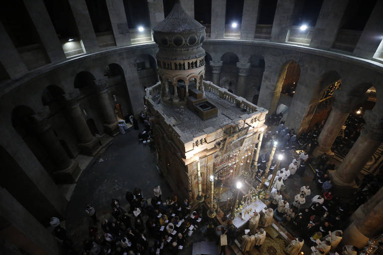 Os fiéis cristãos participam de uma missa de Páscoa na Igreja do Santo Sepulcro na Cidade Velha de Jerusalém neste domingo (4)