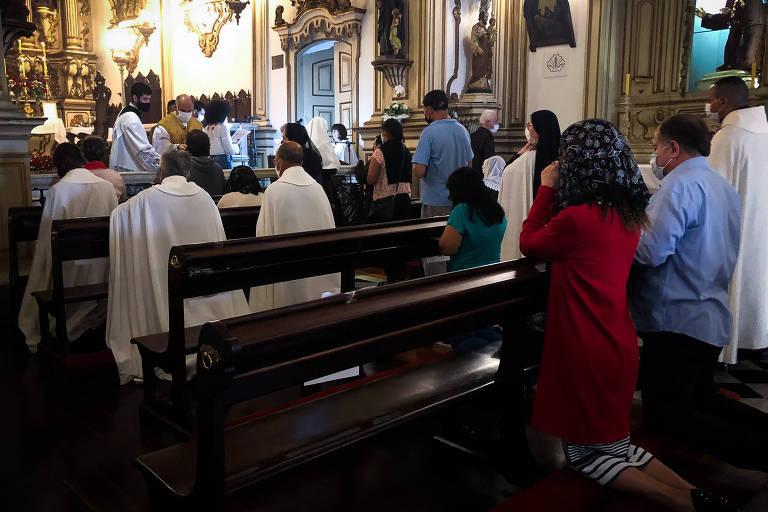 Fiéis em igreja durante missa de Páscoa, mesmo com a pandemia