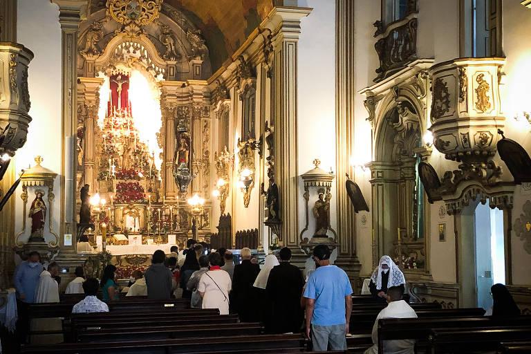 Fiéis reunidos em missa na igreja da Ordem Terceira do Carmo neste domingo (4) de Páscoa