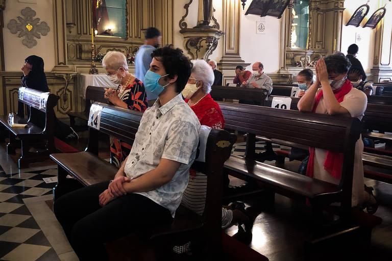 No Centro Histórico de São Paulo, igrejas católicas realizaram missas com cerca de 20 pessoas. Na Igreja de Ordem Terceira do Carmo (foto), as regras de distanciamento social não foram respeitadas. Fiéis se aglomeraram em frente ao púlpito enquanto aguardavam o início da celebração
