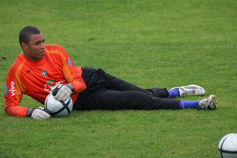 O goleiro Dida durante preparação da seleção brasileira para o duelo contra a Argentina pelas eliminatórias da Copa do Mundo 2006