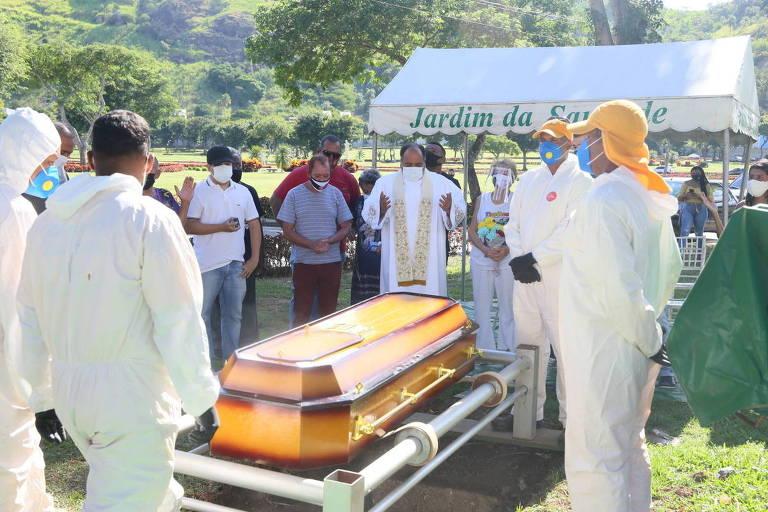 Corpo de Agnaldo Timóteo é enterrado em cemitério do Rio