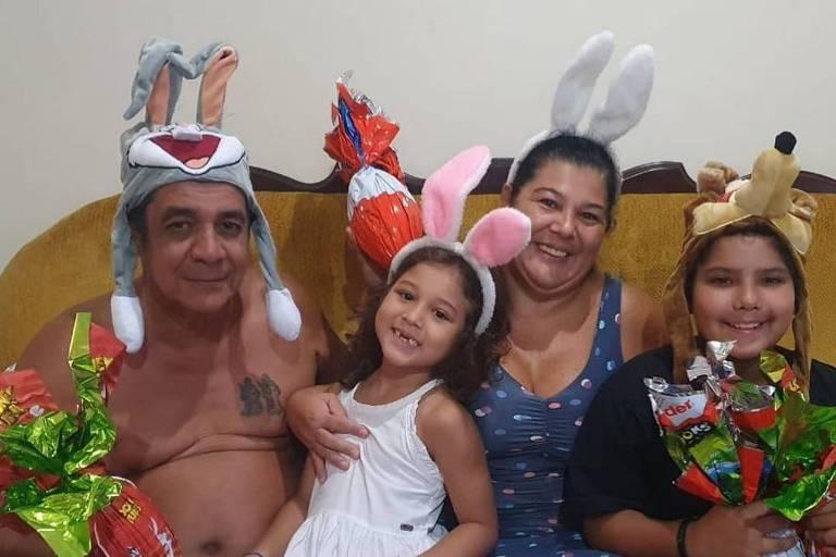 Zeca Pagodinho comemora a Páscoa com a família