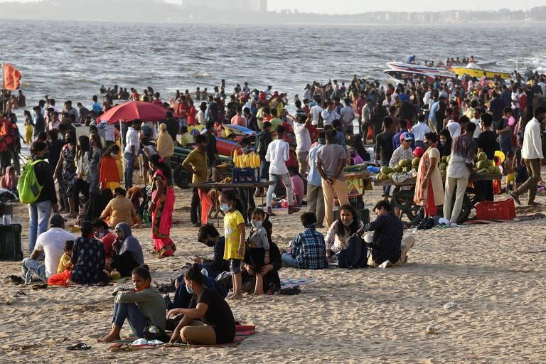 Banhistas na praia de Juhu, em Mumbai, em meio à pandemia de coronavírus