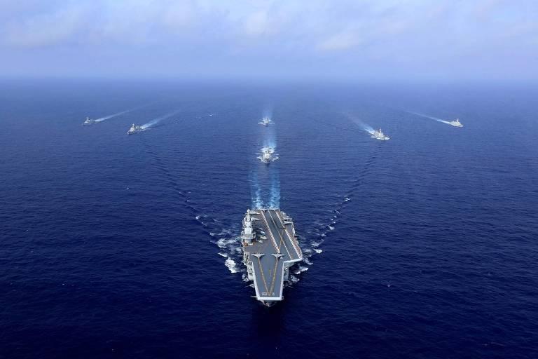 O porta-aviões chinês Liaoning com navios de apoio durante um exercício militar em 2018