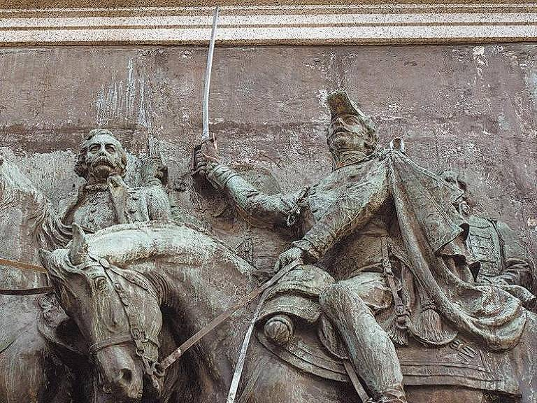 """Dom Pedro 1º, com a espada, em painel em alto relevo que reproduz o quadro """"O Grito do Ipiranga"""" e integra o Monumento à Independência no parque de mesmo nome, em São Paulo"""