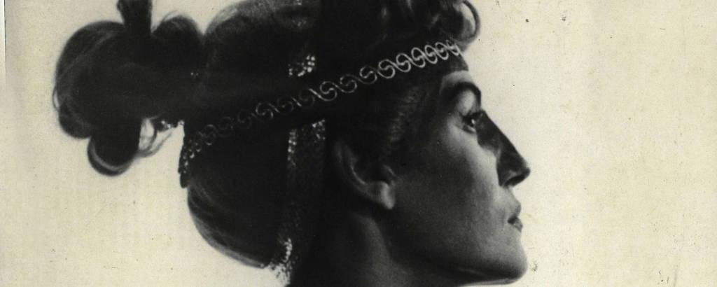 Mulher branca jovem com cabelo preso e faixa sobre ele