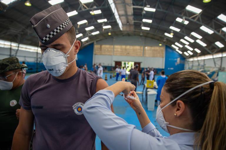 Casos de Covid-19 despencam entre PMs de SP depois de vacinação