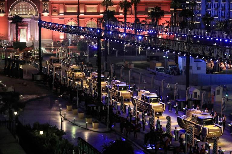 Desfile para a transferência de 22 múmias no Cairo, no Egito, no sábado (3)