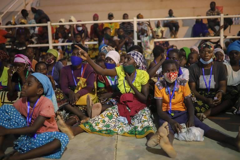 Após fugirem de Palma devido a um ataque de terroristas, pessoas recebem ajuda humanitária em centro desportivo na região de Pemba