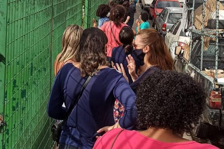 Profissionais da Educação aglomerados em fila à espera de teste para a Covid-19 na cidade de São Paulo