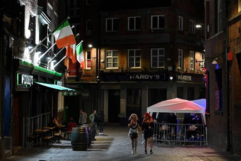 Bares em Liverpool abriam suas portas em 13 de outubro de 2020, última noite antes de novas medidas locais de bloqueio serem impostas