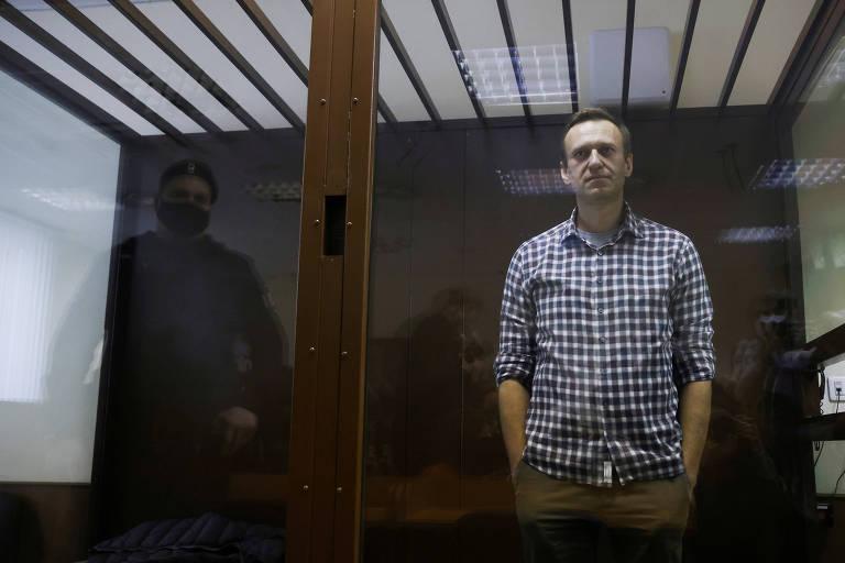 Alexei Navalni participa de audiência em um tribunal em Moscou