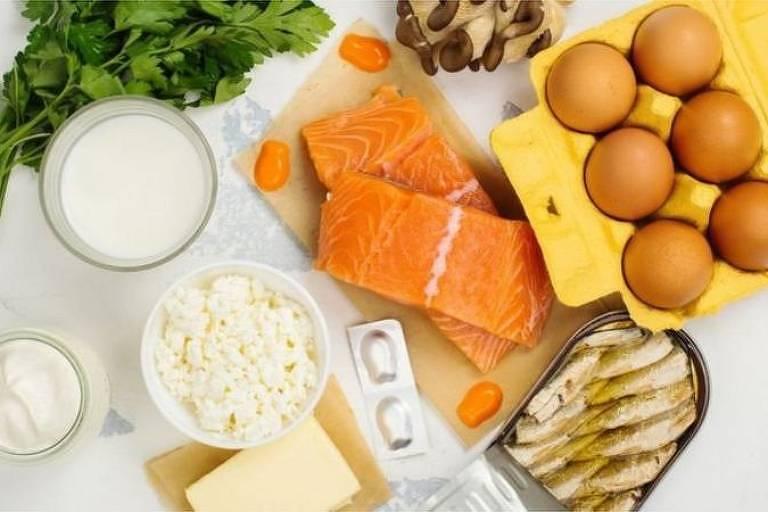 Peixes gordurosos e derivados do leite estão entre as principais fontes de vitamina D na alimentação;  até agora, não há evidências científicas de que suplementação com a vitamina ajude no combate à Covid-19