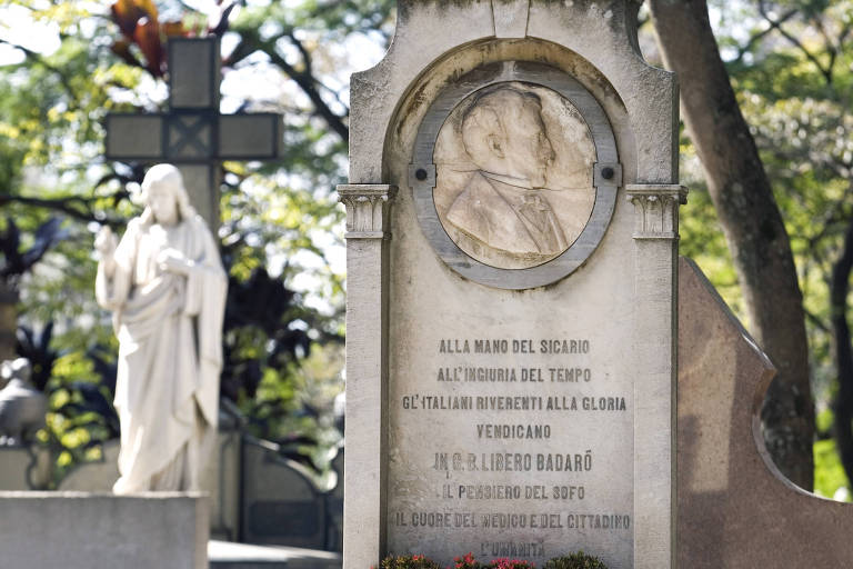 Túmulo do jornalista Líbero Badaró (1798-1830), no cemitério da Consolação, em São Paulo