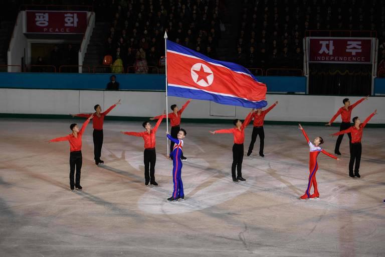Atletas da Coreia do Norte mostram a bandeira do país durante celebrações do aniversário de nascimento de Kim Jong Il, pai do atual líder nacional