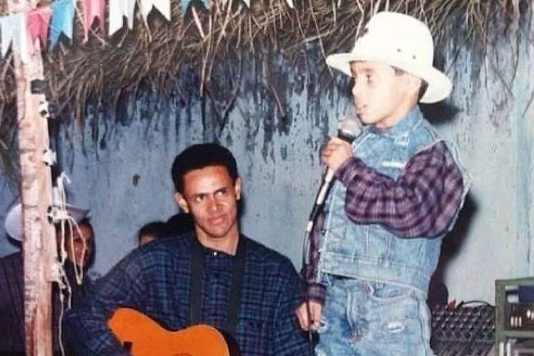 Juarez Dias segurando um violão