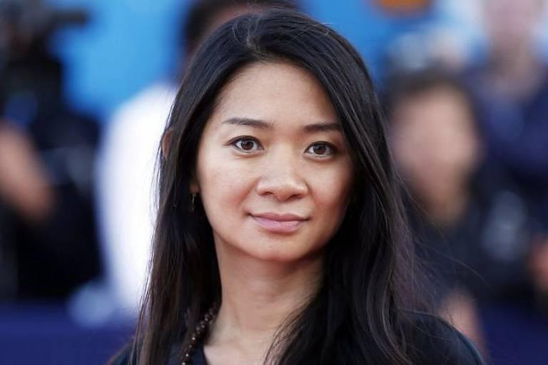 Mulher chinesa sorri