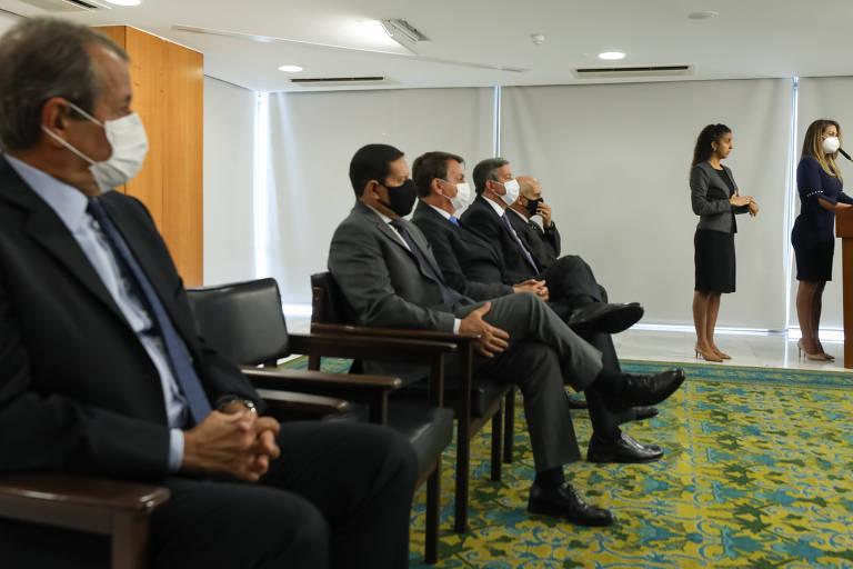 À esq., Valdemar Costa Neto, presidente nacional do PL, acompanha no Planalto cerimônia de posse da deputada Flávia Arruda (também do PL) como ministra chefe da Secretaria de Governo