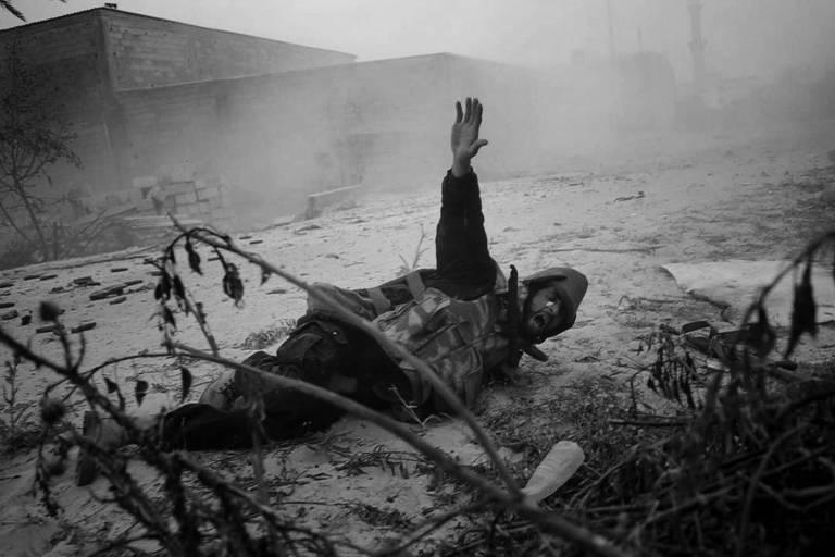 Fotografia do brasileiro André Liohn mostra rebelde líbio ferido em 2011