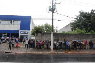 FILA NAS AGENCIAS DA CAIXA PARA RETIDADA DO AUXILIO EMERGENCIAL