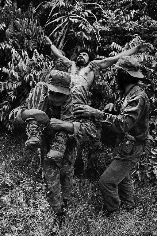 Soldado carreado por colegas na Nicarágua, capturado em foto do americano James Nachtwey